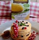 Pancake di polenta integrale con mirtilli e ribes rosso